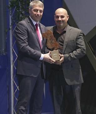 el gerente de Borauto Oliva recogiendo el Premio FAES 2016 de manos del alcalde David González