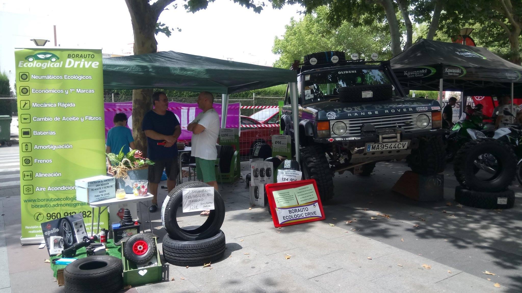 clientes en el stand de la feria del motor oliva